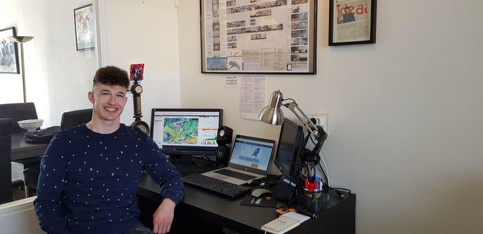 Jordi Huirne in zijn Wageningse 'meteorologische cockpit'. ,,Ik zit nu al twee weken thuis te werken en mis de contacten, dat even sparren met de anderen uit m'n team.''