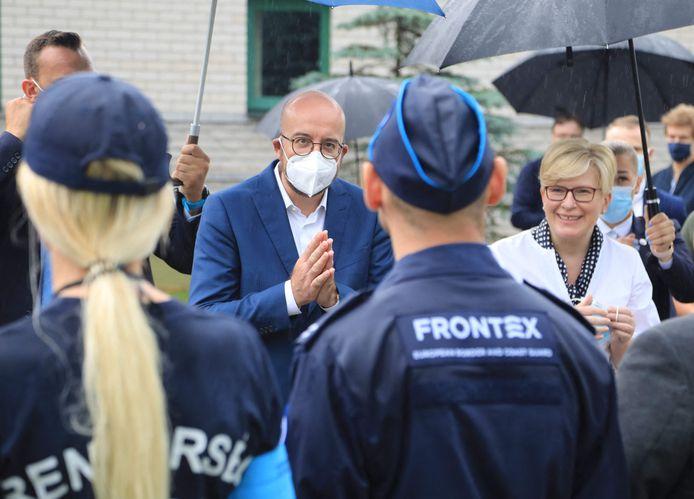De Europese Raadspresident Charles Michel (midden) en de premier van Litouwen Ingrida Simonyte (rechts) ontmoeten Frontex-agenten aan de Litouws-Wit-Russische grens.