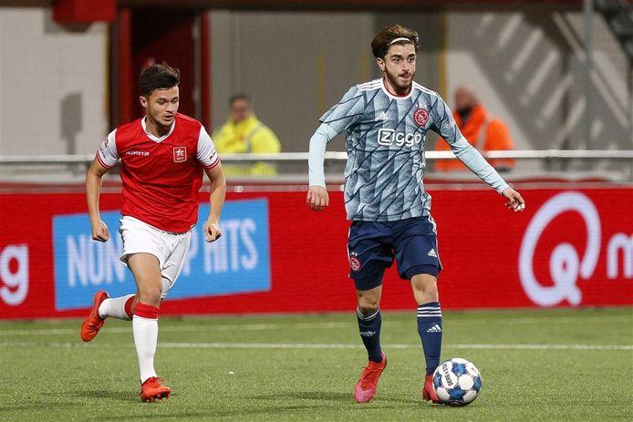 Tunahan Tasci aan de bal voor Jong Ajax tegen MVV.