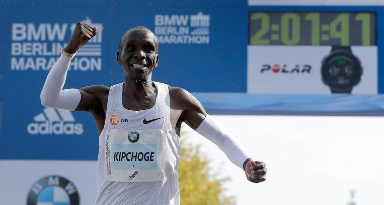 Eliud Kipchoge komt over de finish in Berlijn in een wereldrecordtijd.  Beeld AP