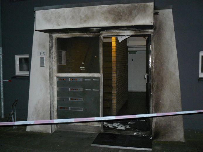 Onbekend voorwerp is ontploft in galerijflat in Almelo.