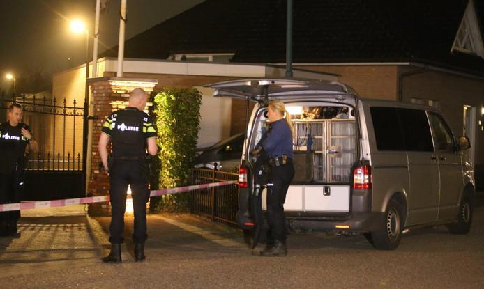 De politie tijdens het onderzoek vlak na de overval op de woning in Ammerzoden.