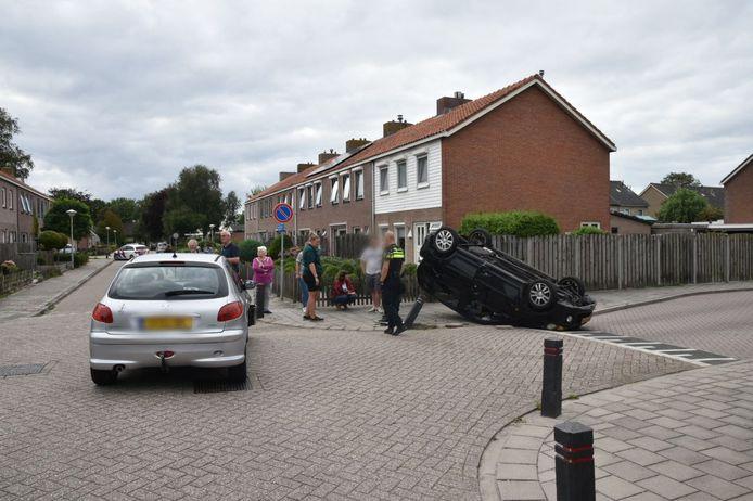 Een auto in een woonwijk in Oldemarkt is maandagmiddag bij een botsing met een andere auto via een paaltje op de kop belandt.