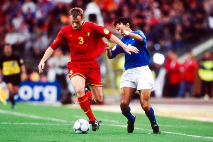 Joos Valgaeren in duel met Filippo Inzaghi tijdens het EK-duel tegen Italië in het Koning Boudewijnstadion.