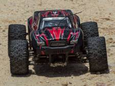 SBS 6 laat BN'ers racen met op afstand bestuurbare auto's