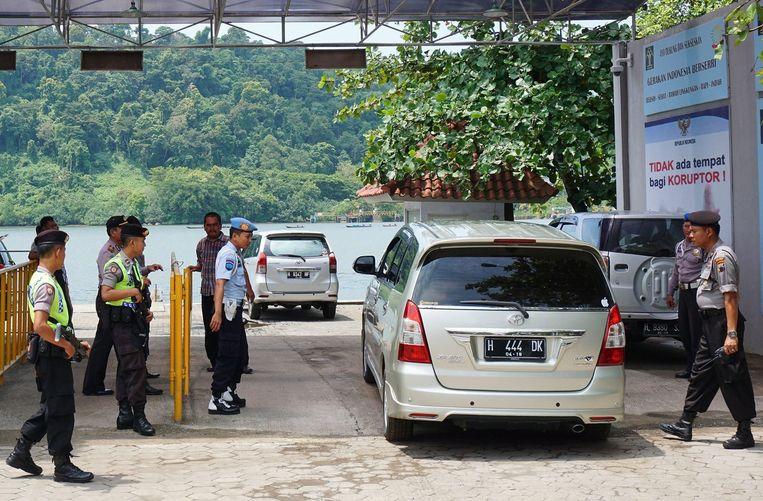 Indonesische politieagenten houden de wacht terwijl de executie wordt voorbereid. Beeld anp