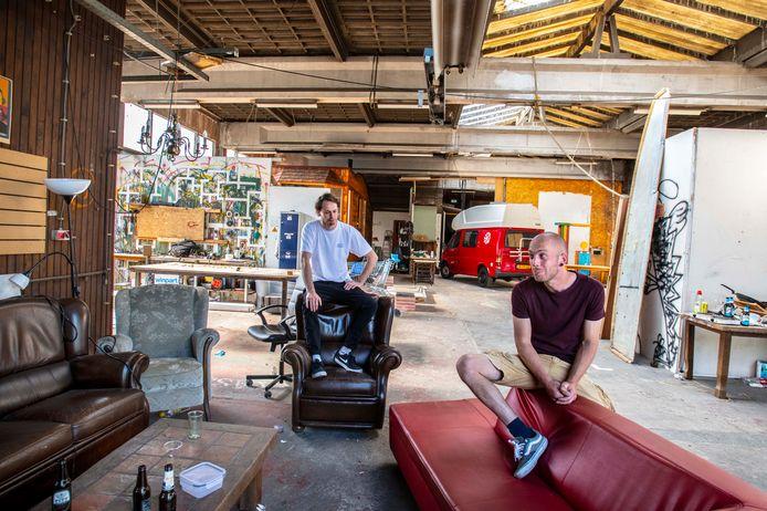 De loods van de creatievelingen. David van de Kerkhof (l) en Corné van der Schoor zijn bedroefd en weten (nog) niet waar ze vanaf augustus heen kunnen.