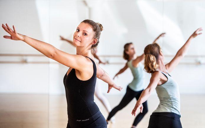 Laila Saveur (l) met oefentherapeut Mensendieck Estelle Schatorié die haar vroeg haar balletdroom niet op te geven.