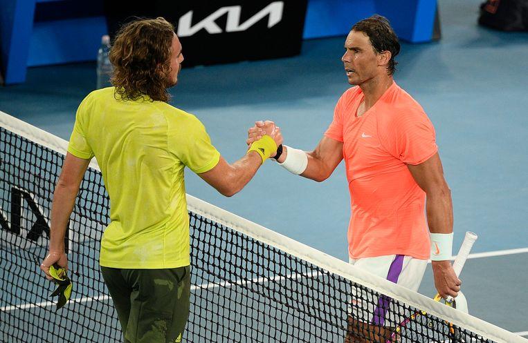 Stefanos Tsitsipas, links, wordt gefeliciteerd door Rafael Nadal. Beeld AP