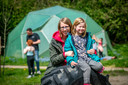 Moeder Linda van Dreunen en dochter Mirre in de tuinen en speelterreinen van de groene BSO Plus.