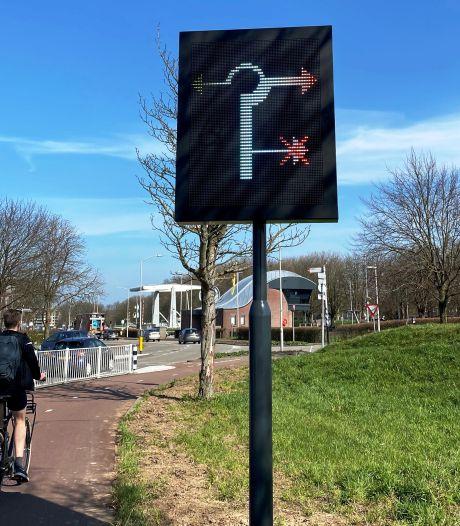 Nieuw bord wijst verkeer de weg bij een geopende brug in de Gorcumse Merwedesluis