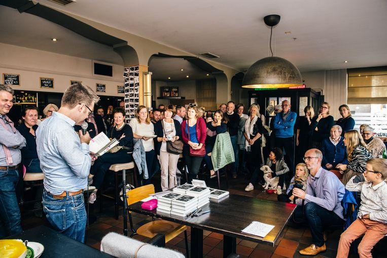 Stijn De Paepe tijdens de boekvoorstelling van 'Vers gezocht'. Beeld ID/Andreas Van Esbroeck