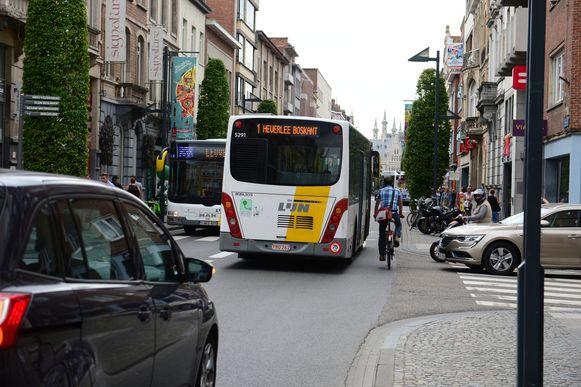 In de Bondgenotenlaan passeren meer dan 1.350 bussen per dag en dat is volgens handelaar Luc Caubergh een groot probleem voor de belevingswaarde van de winkelstraat.