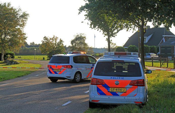 De politie doet onderzoek op De Steegde een weg in Spier, Drenthe.