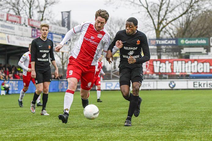 Joël Amakodo - rechts, namens HHC tegen Danny van den Meiracker van IJsselmeervogels - speelt komend seizoen bij SV Spakenburg.