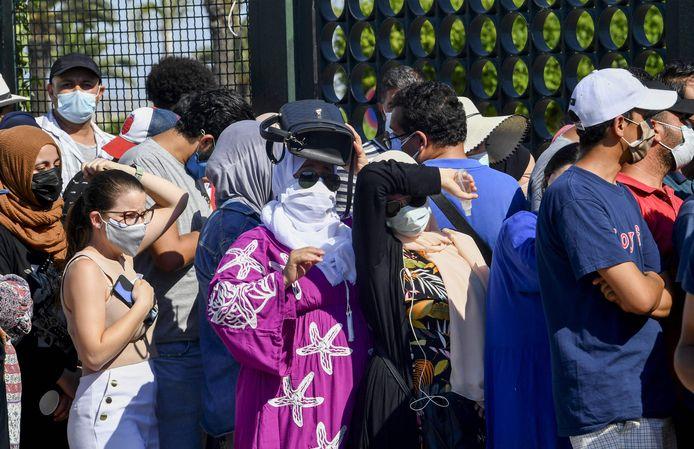 Tunesiërs wachten in lange rijen om een vaccinatieprik te krijgen.