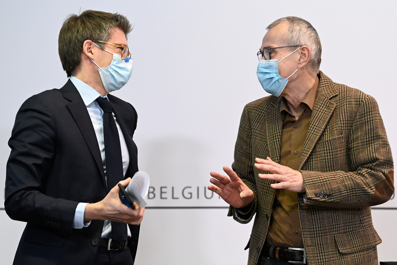 Les ministres des Affaires sociales et du Travail, Frank Vandenbroucke (d) et Pierre-Yves Dermagne (g).