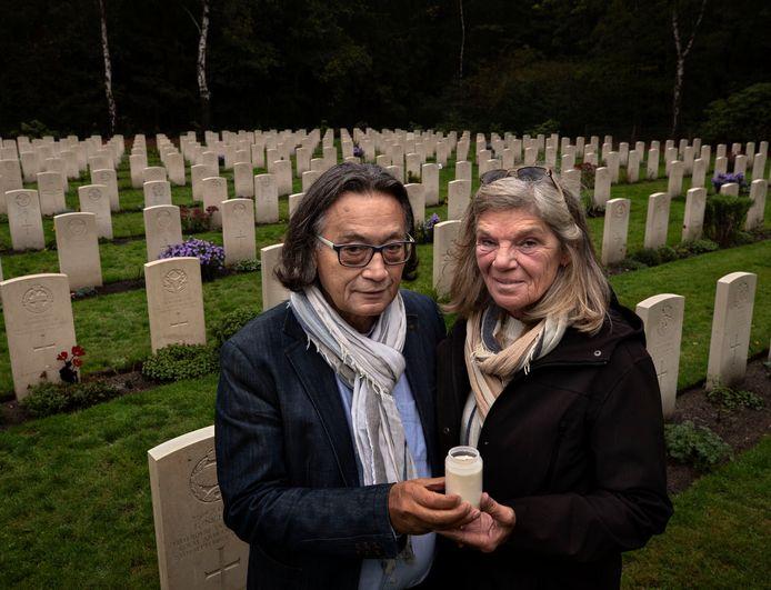 Lody van den Berg en Johanna Stam Melanson op het oorlogskerkhof in Mierlo.