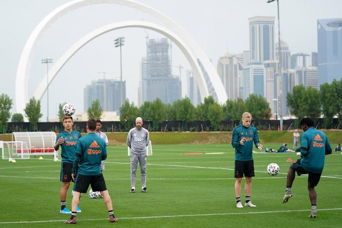 Erik ten Hag tijdens het trainingskamp van Ajax in Doha: observerend tijdens de training.
