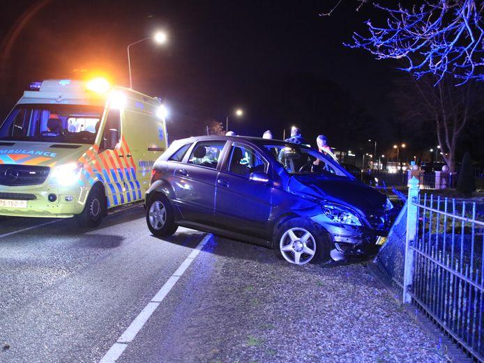 Zaterdagavond ging het mis aan de Edeseweg in Wekerom. Een automobilist verloor de macht over het stuur en botste tegen een hek.