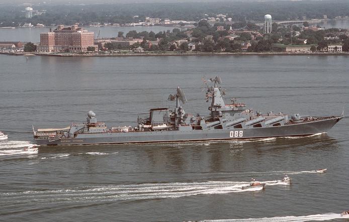 De raketkruiser maarschalk Ustinov voert de vloot van ruim 25 schepen aan.