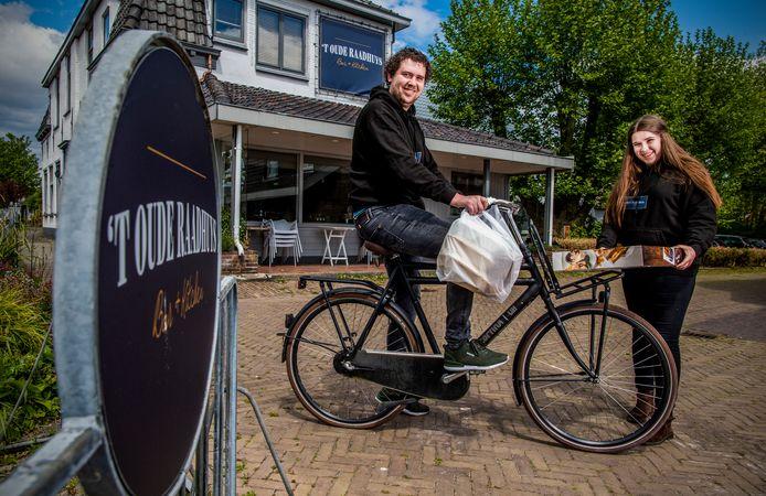 Anthony Cornelisse (l) en Delphine Thijssen (r) hebben 't Oude Raadhuys in Woubrugge sinds december in handen.