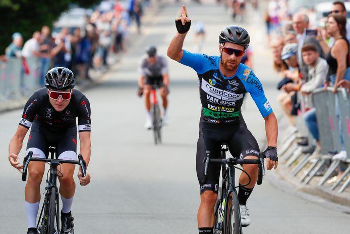 In Bambrugge was Niels De Rooze sneller dan Sven Noels. In de achtergrond komt David Desmecht te laat om mee te spelen voor de zege.