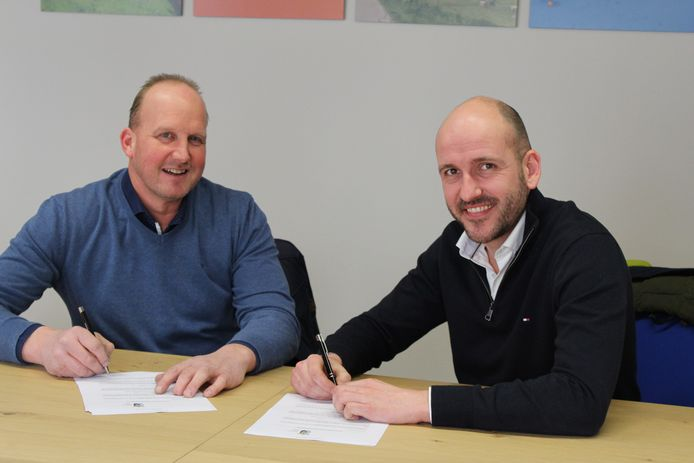 Theun Dragstra (links) en Derk Garretsen (rechts) ondertekenen de grondaankoop. Zij vormen de directie van Holland Trucks.