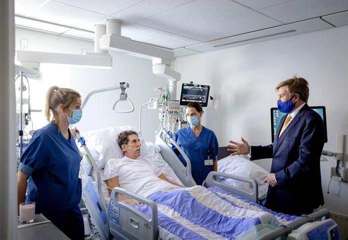 El rey Willem Alexander en la cama de Fred Spiel (68) en el Hospital Van Weil Bethesda en Dirksland.