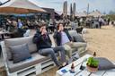 Oosterhouters Xavier Zeeven (rechts) en Max Rombouts genieten van hun Belgisch biertje op het 'strand' van Het Houtse Meer.