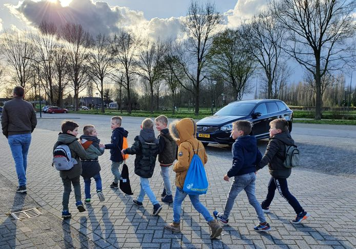 Lars, Adam, Mats, Len, Ibe, Lukas, Joshua en Tim lopen deze en volgende week een alternatieve avondvierdaagse in Woerden.