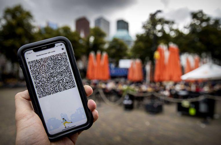 Een mobiele telefoon met de QR-code via de app CoronaCheck.  Beeld ANP