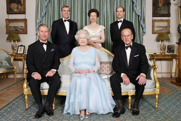 Britse Queen Elizabeth II (onderaan midden), prins Philip (rechts onderaan), prins Charles, (links onderaan), prins Edward, (rechts bovenaan), prinses Anne (midden bovenaan) en prins Andrew (links bovenaan).