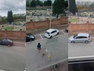 VIDEO. Hasselaar Kjell filmt vreemdste parkeermanoeuvres voor zijn deur