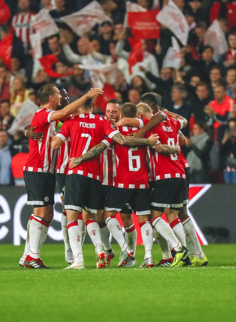 Spelers van PSV vieren woensdagavond hun overwinning op Bate Borisov in Eindhoven. Beeld ANP