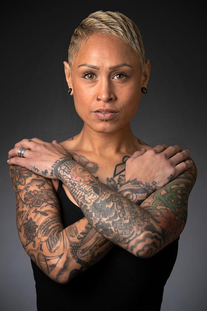 """Cynthia Leiwakabessy. ,,Zodra er iets gebeurt, positief of negatief, denk ik in tattoos."""""""