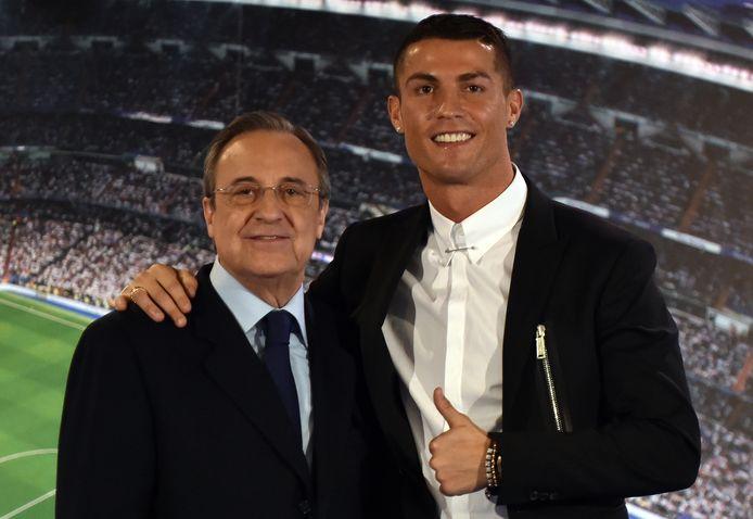 Een foto uit 2016: Cristiano Ronaldo poseert met voorzitter Florentino Pérez na z'n contractverlenging bij Real.