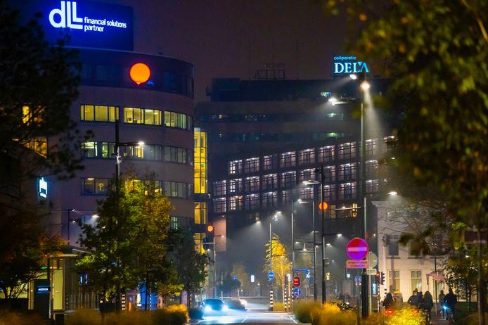 Glow laat de lucht paars en blauw kleuren in Eindhoven