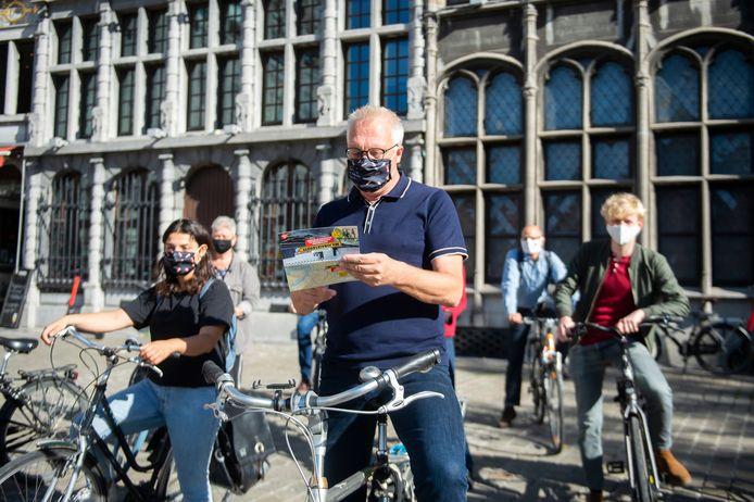PVDA-boegbeeld Peter Mertens gaat een 'Miljonairsroute' fietsen.