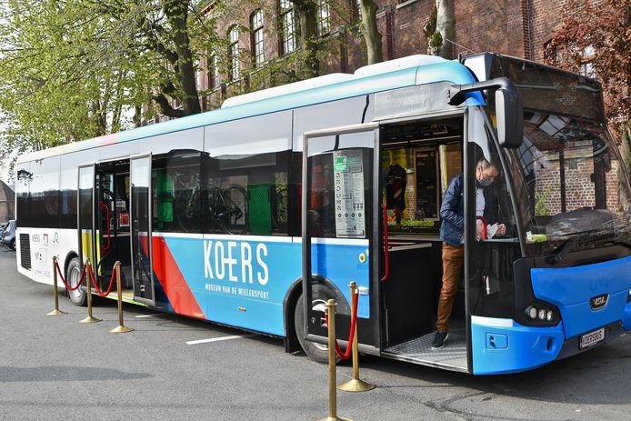 De KOERSbus is klaar voor vertrek.