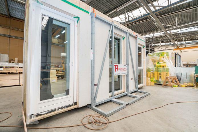 De houten flexwoningen die corporatie Sint Trudo aan de Quinten Matsyslaan in Eindhoven laat bouwen, worden in de fabriek in elkaar gezet.