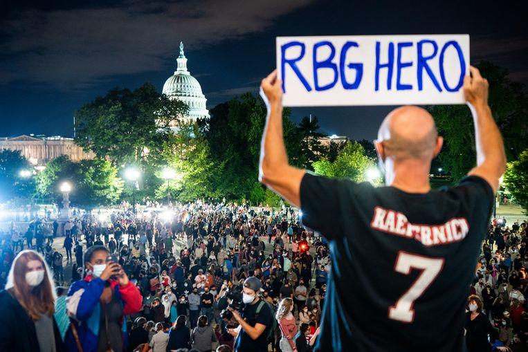 Vrijdagavond kwamen al de eerste mensen naar het Supreme Court in Washington om Ruth Bader Ginsburg te gedenken. Beeld EPA