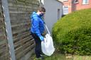 Valérie de Groote van River Cleanup Team Dender ruimt zwerfvuil in Neigem (Ninove)