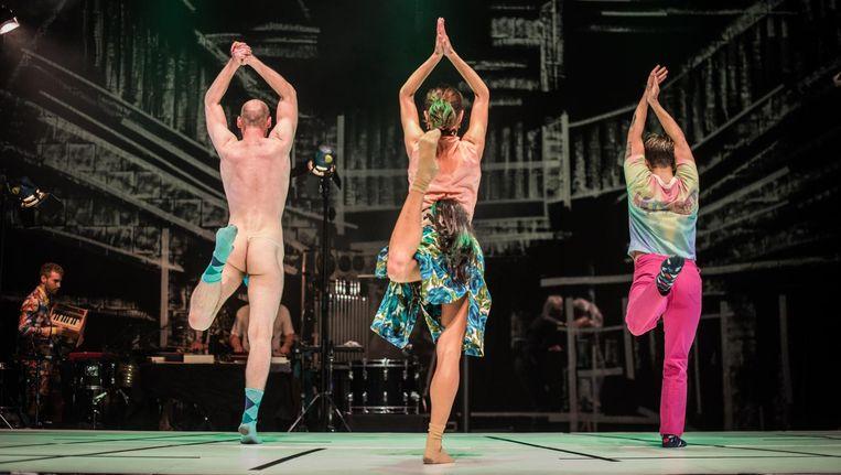 Igor Podsiadly, Sofiko Nachkebiya en Adam Peterson in Happiness van Club Guy & Roni en Slagwerk Den Haag. Beeld Knelis
