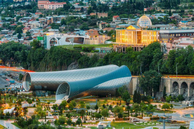 Twee gigantische metalen tubes vormen de concerthal, gelegen in het Rike-park in Tbilisi.  Beeld © Ryhor Bruyeu