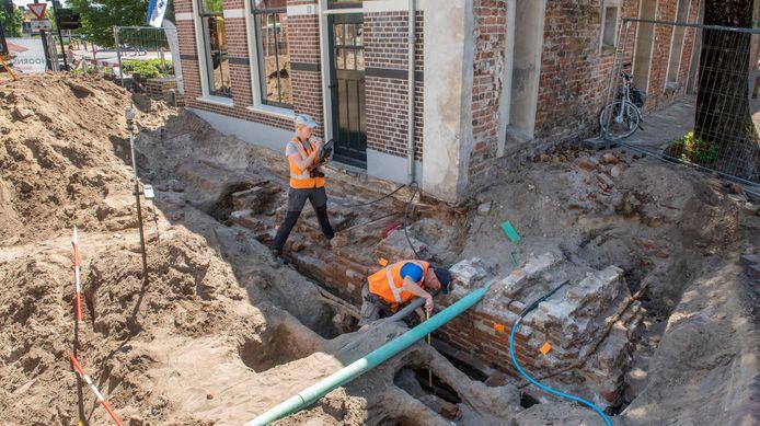 Medewerkers van onderzoeksbureau RAAP noteren maten en gegevens van de gevonden restanten van de Luttekepoort.