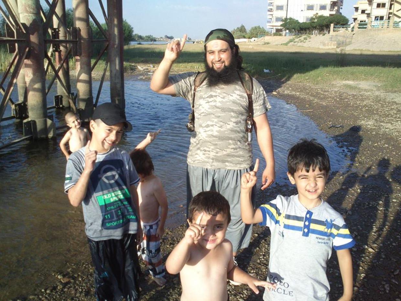 Hicham Chaib stuurde vanuit Syrië geregeld berichten waarin hij het leven in het kalifaat aanprees. Beeld kos