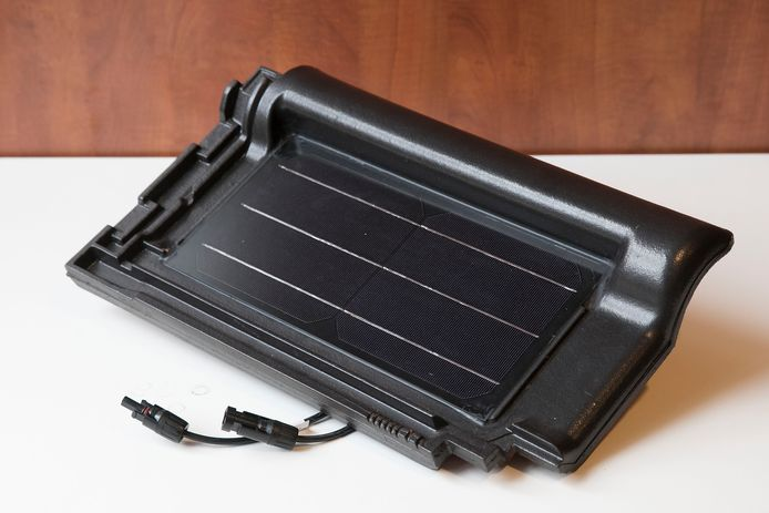 Dakpan met geïntegreerde zonnecellen.