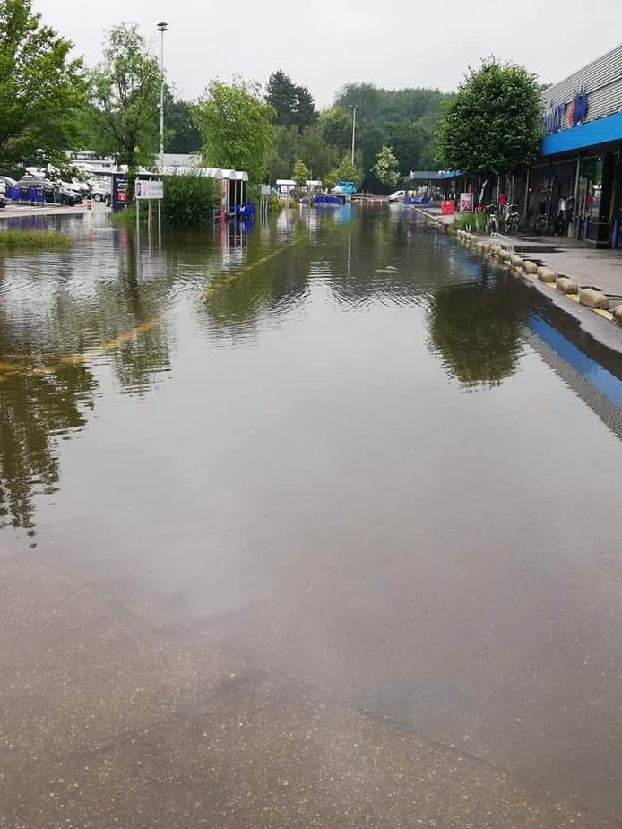Hypermarkt Carrefour aan de Ringlaan krijgt het zwaar te verduren door de hevige regenval.