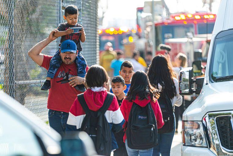 Kinderen worden opgehaald van de Park Avenue Elementary school in Cudahy, waar het meeste van de kerosine terechtkwam. Beeld AP